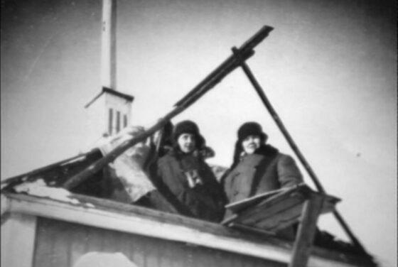 Ylistaron Alapään nuorisoseuran kattolyhdystä valvottiin ilmatilaa ympäri vuorokauden. Vartiovuoro kesti kaksi tuntia. Havainnot vihollisen lentokoneista ilmoitettiin Seinäjoen aluevalvontakeskukseen. Kuvassa ilmavalvojina lotat Hertta Korpela (vas.) ja Anna Koskinen.