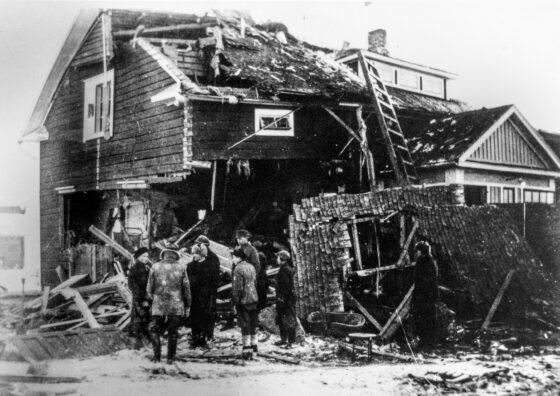 Vihollisen pommikoneet pommittivat Ylistaroa ensimmäisen kerran 17.2.1940. Hyypän liiketaloon (Kaukolanraitti) osunut pommi surmasi Sanna Kosken ja Maija Hyypän. Pommituksessa loukkaantui neljä ihmistä ja vaurioitui noin 20 rakennusta. Ylistarossa ei ollut sotilaallisia kohteita. Pommitusten syytä ei tiedetä. Hyypän talo korjattiin rauhan tultua.