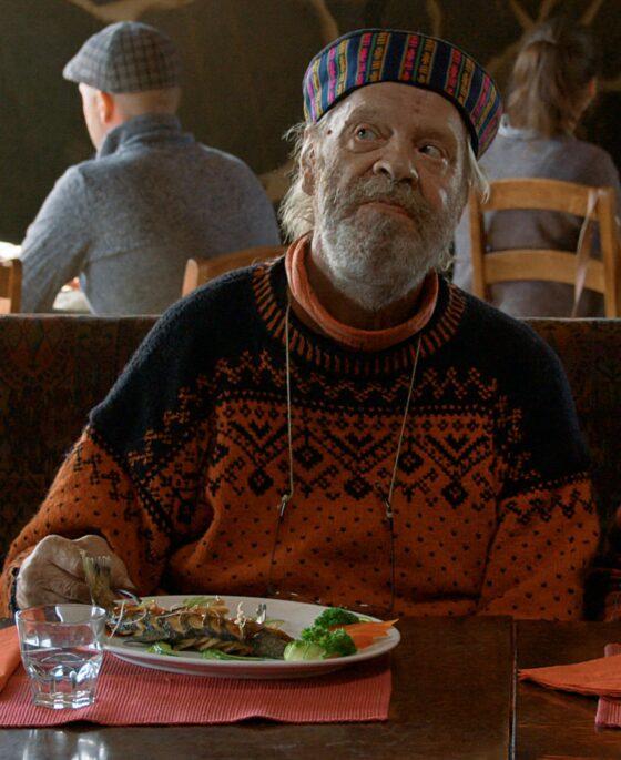 Vesa-Matti Loiri kuuluu kyläkuppilan kanta-asiakkaisiin Mika Kaurismäen komediassa Mestari Cheng. Elokuvaa on kuvattu mm. Raattamassa, Kittilässä ja Sodankylässä. (Kuva SF Film Finland OY)